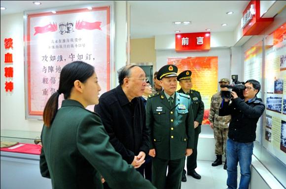 重庆市市长黄奇帆参观驻渝某部一连荣誉室