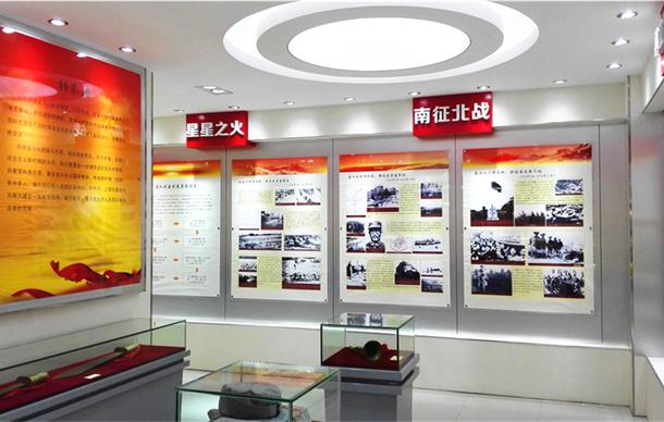 原重庆市市长黄奇帆参观驻渝某部一连荣誉室